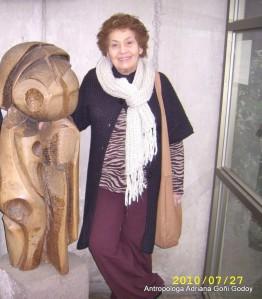 cropped-adriana-y-escultura-madera-casa-fermon2.jpg